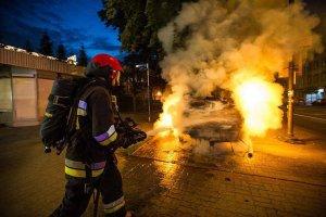 Chcieli haracz, podpalali auta na Mokotowie. Problem nie znikn��