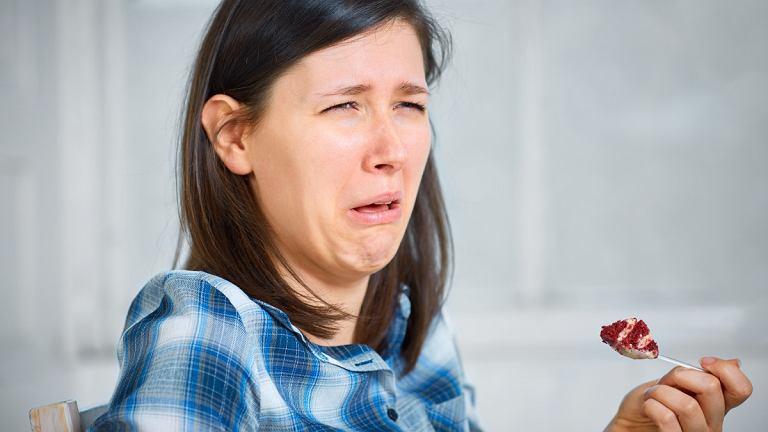 Słodki posmak w ustach najczęściej może wynikać z nieprawidłowej higieny jamy ustnej, zgagi lub cukrzycy