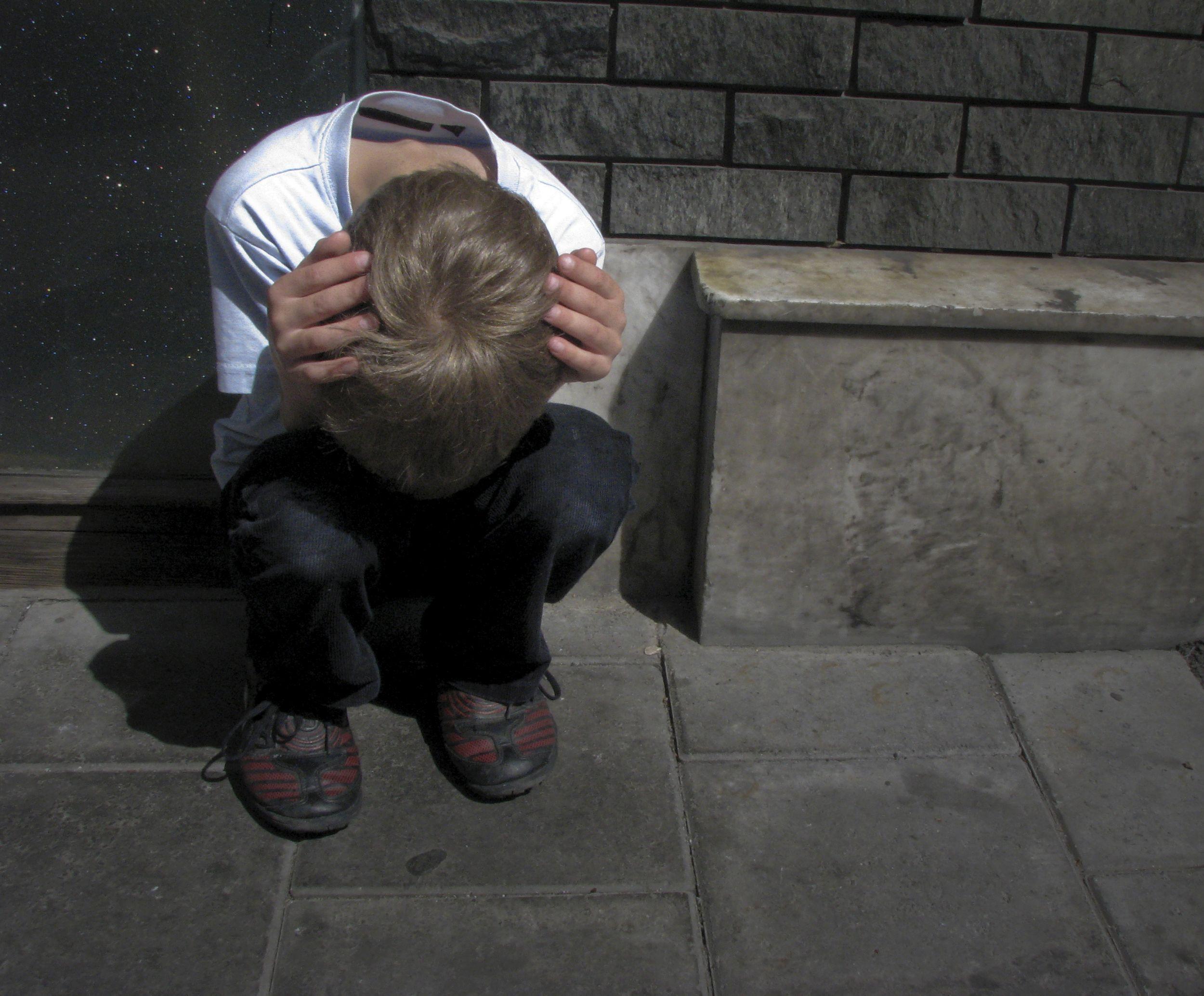 Wiele dzieci alkoholików żyje w strachu, że zostaną skatowane albo że matka będzie dręczona fizycznie lub psychicznie (fot. Tjook / http://bit.ly/1BtdO57 / CC BY / http://bit.ly/1dGcPd3)