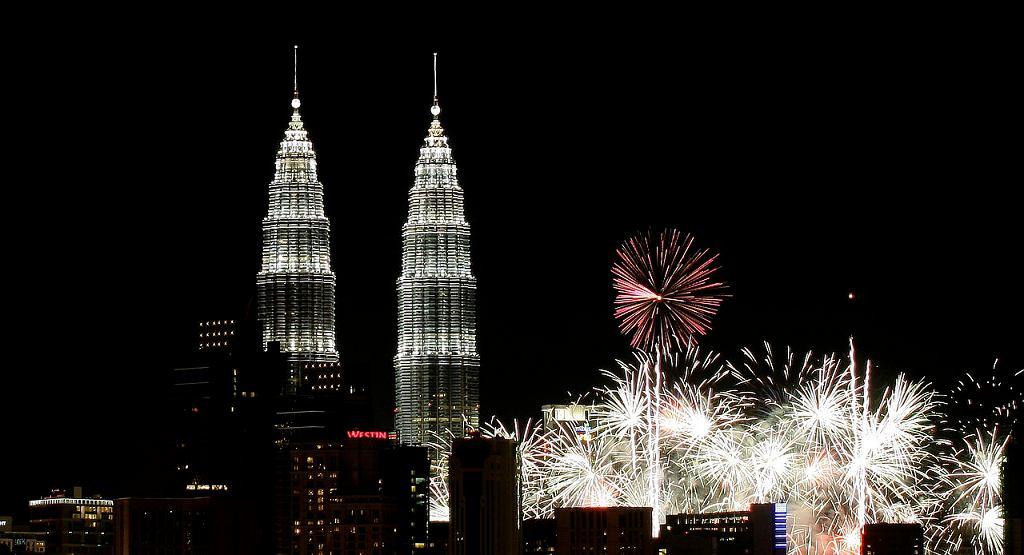 Noworoczne fajerwerki w Kuala Lumpur / Fot. Firdaus Latif, Wikimedia CC BY-SA 2.0.