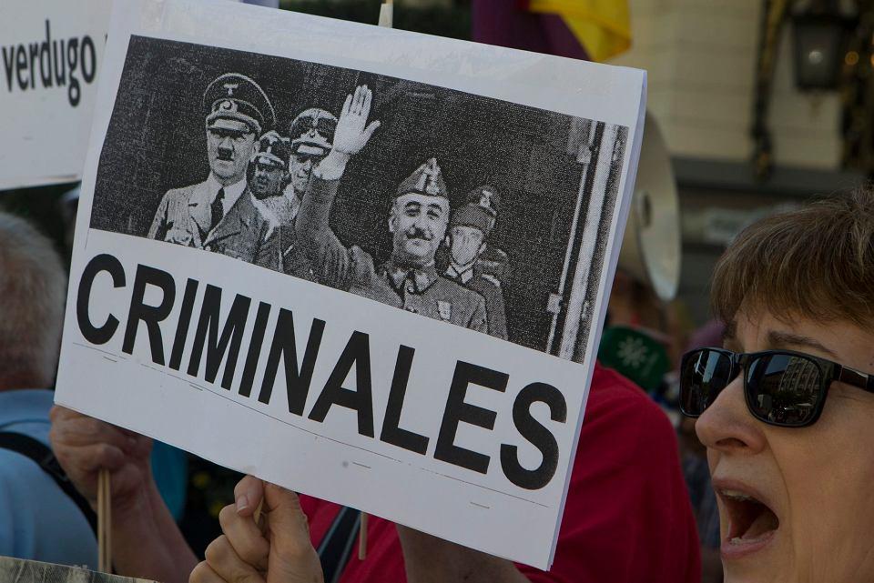 Zwolennicy usunięcia z mauzoleum grobu gen. Franco w Dolinie Poległych podczas demonstracji w Madrycie, 13 września 2018 r.