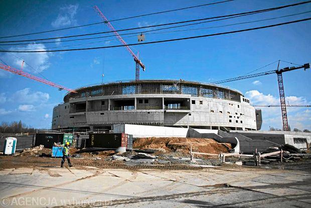 Hala w Czy�ynach: wzmocniony dach, wi�cej os�b przed scen�