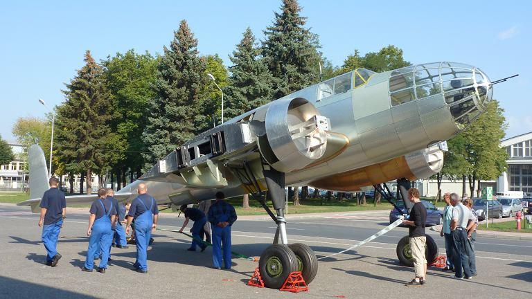 Jeszcze nieukończona replika bombowca przed halą w Mielcu