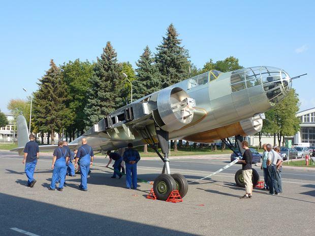Jeszcze nieuko�czona replika bombowca przed hal� w Mielcu