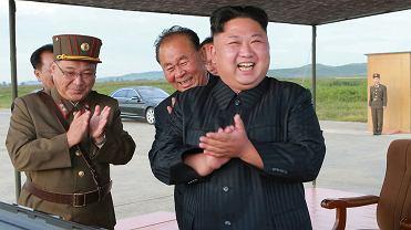 Satrapa Korei Północnej Kim Dżong Un w otoczeniu wojskowych oficjeli podczas testów rakiety Hwasong-12. Data nieznana, zdjęcie opublikowane przez tamtejsze reżimowe media