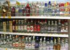 """Ze sklepów zniknie część butelek popularnej wódki. Klienci skarżą się na """"podejrzany zapach"""""""