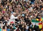 Papie� improwizowa� w czasie homilii, a p�niej zeskoczy� z papamobile i... pozowa� do zdj�� z Polakami