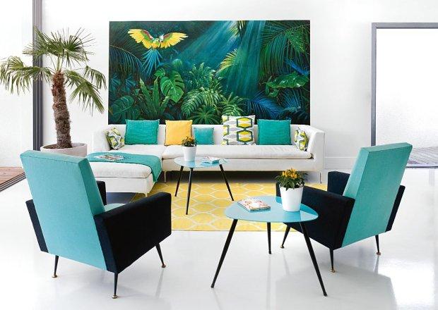 Kolorystyka wn�trza dostraja si� do �ciennego pejza�u tropikalnej d�ungli. Chris zam�wi�a obraz u znajomej malarki i konserwatorki Dorel Chiras. Poduszki w tkaninach Designers Guild, fotele z lat 60.; dywan Stockholm (IKEA).