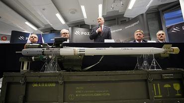 Antoni Macierewicz, szef MON na konferencji prasowej