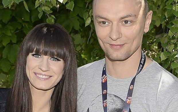 Są małżeństwem od roku, a tabloidy właśnie przepowiedziały im poważny kryzys. Sylwia Grzeszczak i Liber występowali podczas Sopot SuperHit Festiwal, ale podobno zatrzymali się w osobnych hotelach. Piosenkarka postanowiła uciąć te spekulacje.