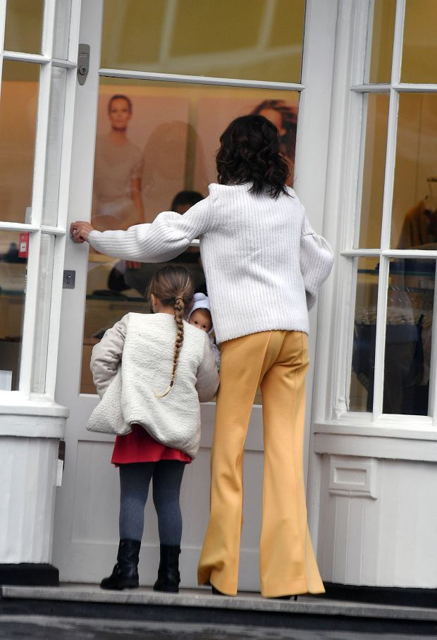 Zdjęcie numer 8 w galerii - David Beckham wybrał najlepszą stylizację Victorii EVER. Koronki? Kusa sukienka? Nic z tych rzeczy