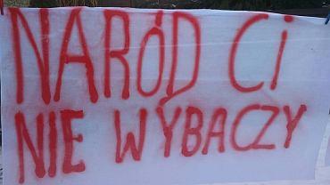 Prześcieradło z hasłem na przyjazd prezesa Jarosława Kaczyńskiego