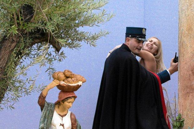 Watykan: półnaga działaczka Femenu porwała figurę Jezuska z bożonarodzeniowej szopki [WIDEO]
