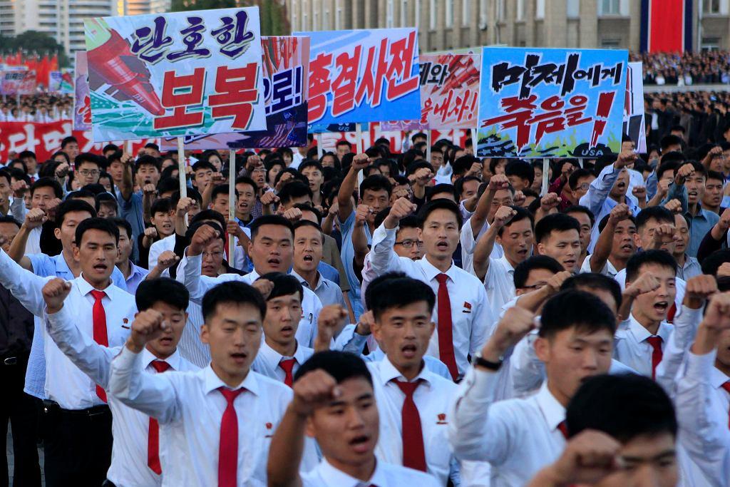 Tysiące Koreańczyków w partyjnych uniformach demonstruje na placu Kim Il Sung w Pjongjangu - 'śmierć amerykańskim imperialistom' głoszą transparenty. Korea Północna, 23 września 2017
