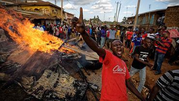 W październiku, przed powtórzonymi wyborami, w Nairobi miały miejsce krwawe zamieszki, w których policja pacyfikowała zwolenników Raila Odingi
