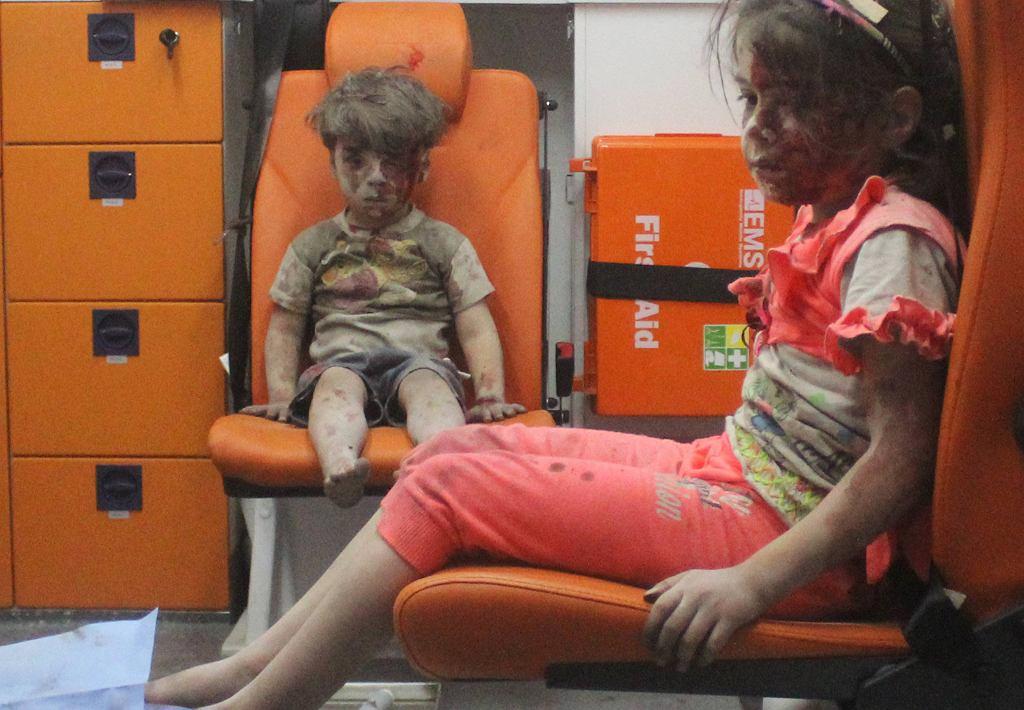 Pięcioletni Omran Daqneesh i inne dziecko po bombardowaniu Aleppo