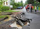 Woda podmyła jezdnię ul. Kolektorskiej na Marymoncie i zatopiła garaże