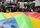 Marsz Równości w Krakowie. Narodowcy przyszli w szpitalnych kitlach i maskach