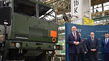 Minister Antoni Macierewicz na podpisaniu umowy ws. dostawy pojazdów Jelcza dla polskiej armii