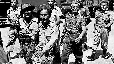 Bojowcy Hagany na ulicach Tel Awiwu, 5 maja 1948 r. Gdy kilka dni później Izrael ogłosił niepodległość, zaatakowało go pięć ościennych państw arabskich. W Palestynie trwał już wtedy od dawna konflikt między żydowskimi osadnikami a ich arabskimi sąsiadami.