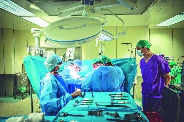 Przeszczep wątroby trwa 7-8 godzin, a czasami może przeciągnąć się do ponad 20