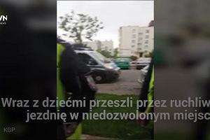 Rodzice olali przejście dla pieszych, gdy policja chciała zwrócić im uwagę, wybuchła awantura