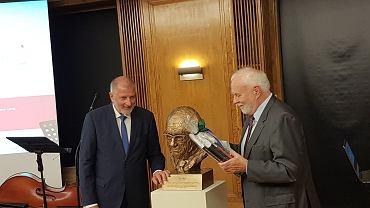 Dutkiewicz przekazuje popiersie Fritza Sterna Martunowi Grotschelowi, prezydentowi Berlinsko-Brandenburskiej Akademii Naukowej
