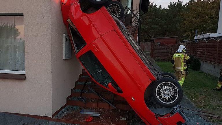 Chałupy. 40-latka mogła przysnąć. Auto przejechało przez wiatę, ogrodzenie, skończyło na budynku