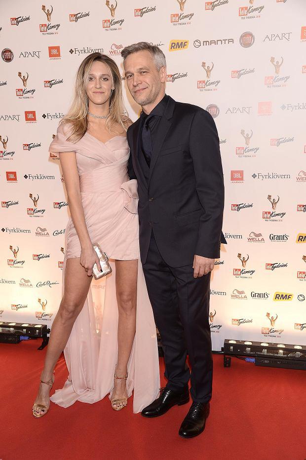 Zdjęcie numer 2 w galerii - Telekamery 2018. Michał Żebrowski zdobył statuetkę, ale to jego żona błyszczała na czerwonym dywanie. Spójrzcie na dół sukni