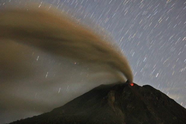 Wybuch� wulkan, po zboczach sp�ywaj� potoki lawy. Ewakuowano 20 tys. os�b