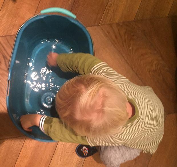 Nie należny zostawiać wiader z wodą w domu z małym dzieckiem