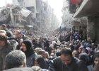 Ca�y dramat Syryjczyk�w na jednym zdj�ciu: ogromna kolejka uchod�c�w czekaj�cych na pomoc �ywno�ciow� [FOTO]