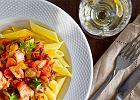 <strong>Penne</strong> z <strong>�ososiem</strong> w pomidorowym sosie na �wiatowy Dzie� Makaronu