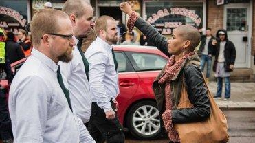 O tym zdj�ciu m�wi ca�a Szwecja. Jedna kobieta stawi�a czo�a trzystu neonazistom