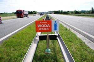 """Woda dla kierowców w zatorach na A4. """"Szkoda, że stoi w słońcu"""""""
