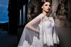 Moda �lubna: nowe trendy wed�ug polskiej marki. Tiule, koronki i kilka naprawd� odwa�nych kreacji [ZDJ�CIA]