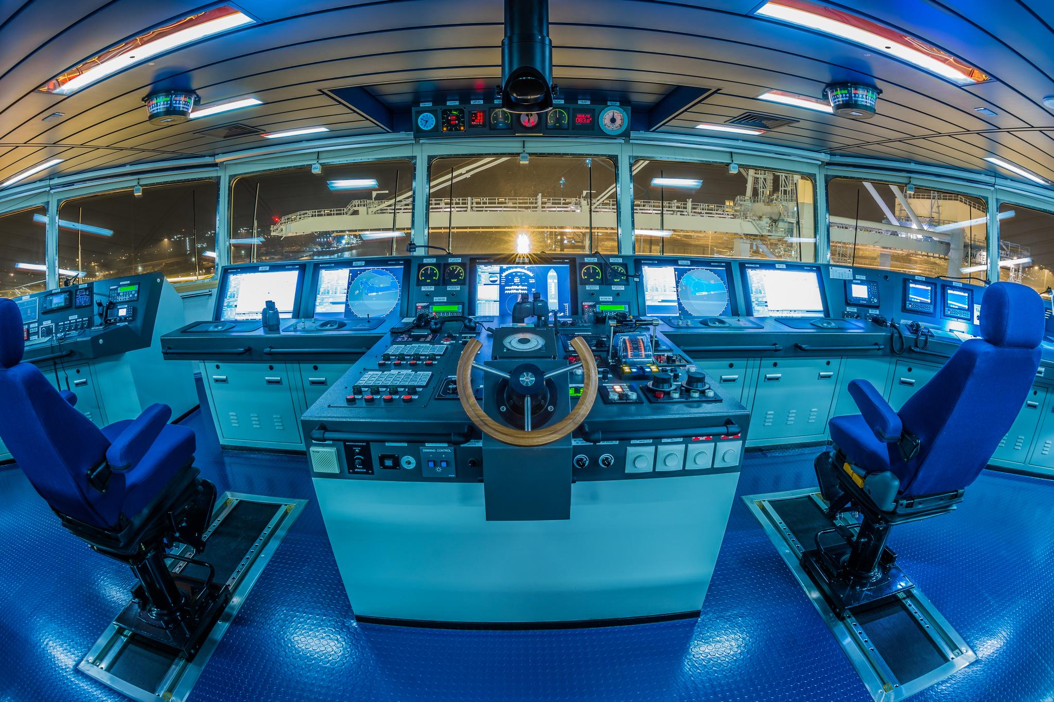 Centralna konsola nawigacyjna na mostku Mayview Maersk (fot. Robert Urbaniak)