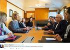 """To wygląda jak zwykłe spotkanie delegatów Iranu i UE. Ale zwróćcie uwagę na pewien """"szczegół"""""""