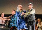 """Musical """"Karol"""": dawny prowadzący """"Randkę w ciemno"""" jako Jan Paweł II ściska ręce w ornacie z pozłotka. Kobiety na widowni płaczą"""