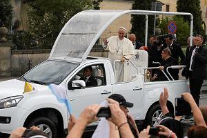 Franciszek wypatrzył w tłumie tego chłopca, kazał zatrzymać samochód