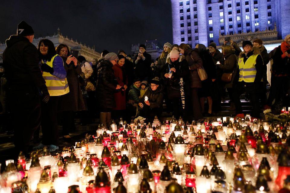 Pod Pałacem Kultury, w miejscu, w którym samospalenia dokonał Piotr Szczęsny, 2 listopada spotkali się ci, którzy uczcili jego pamięć