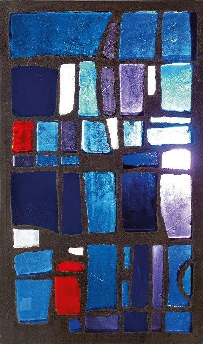 Witraż autorstwa mamy Doroty Roqueplo, artystki Mai Swieżawskiej-Roqueplo. To niezwykłe dzieło sztuki wykonane zostało w technice dalles de verre. Polega ona na tym, że nieregularne kawałki szkła łączy się betonową zaprawą.