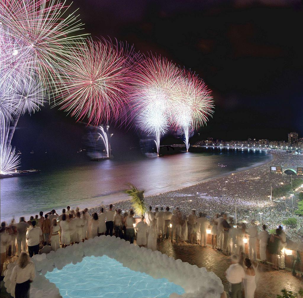 Noworoczne fajerwerki na plaży Copacabana / Fot. Porto Bay Hotels & Resorts, Wikimedia CC BY 2.0.