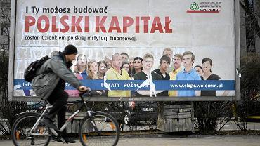 Posłowie PiS usiłują dowodzić związków prezydenta Komorowskiego i jego rodziny z WSI i aferą SKOK-u Wołomin, skąd wyłudzono blisko 1 mld zł. Na zdjęciu: w Warszawie wciąż wiszą plakaty reklamujące upadły SKOK