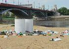 """Plaża nad Wisłą tonie w śmieciach. """"Sprzątamy na bieżąco"""""""