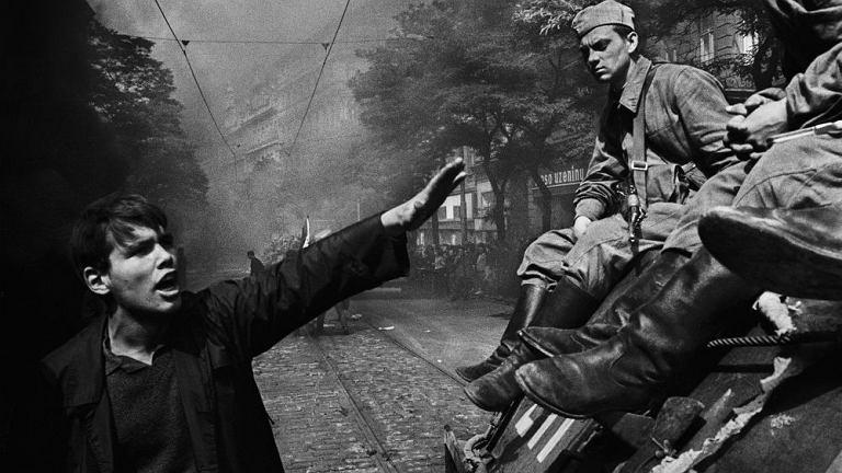 Inwazja wojsk Układu Warszawskiego. Przed główną siedzibą radia. Praga, Czechosłowacja. Sierpień 1968