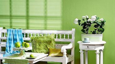 <B>Wprawdzie kolor pistacjowy zalicza się do barw chłodnych, jednak na pewno nie spowoduje, że wnętrze wyda się nieprzytulne i zimne. Pistacja jest bowiem tak świetlista i radosna, że budzi tylko ciepłe skojarzenia.</B> <BR />MEBLE: ławka - 1798 zł, stolik pomocniczy (przy ścianie) - 695 zł, House & More; stolik - 935 zł, Decolor.   POZOSTAŁE: sztuczne pelargonie - 39,99 zł/szt., osłonka na&#8200;doniczkę - 19,99 zł, IKEA; filiżanka - 20,90 zł, pt,; koszyk - 89 zł, home&you; butelka - 12,99 zł, IKEA; tkanina - 29,60 zł/m.b., Eurofirany; bieżnik - 39 zł, home&you; patera - 299 zł, spodek - 42 zł/z filiżanką, Villa Italia; sztuczne jabłka - 11 i 6 zł/szt., Inne&#8200;Meble; koc - 80 zł, Nap; poduszka (futro) - 75 zł, Eurofirany; poduszka (błyszcząca) - 100 zł, Home Sweet Home. NA ŚCIANIE: farba z mieszalnika - 45 zł/l, Dulux.
