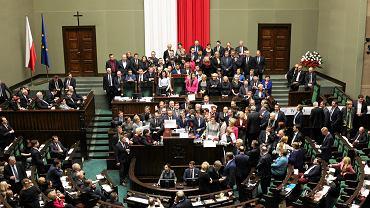 Posłowie opozycji podczas blokady mównicy w sali posiedzeń Sejmu