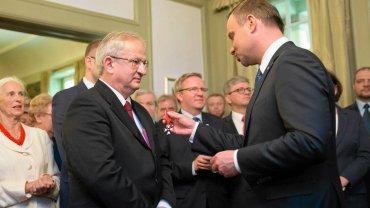 22 maja, Oslo. Prezydent Andrzej Duda podczas spotkania z Polonią wręcza Bogdanowi Kulasowi  Order Odrodzenia Polski