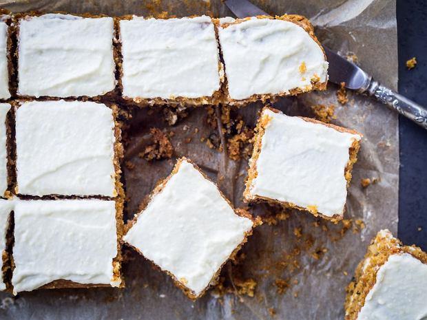 Doskonałym uzupełnieniem ciasta marchewkowego jest lekki śmietankowy serek.